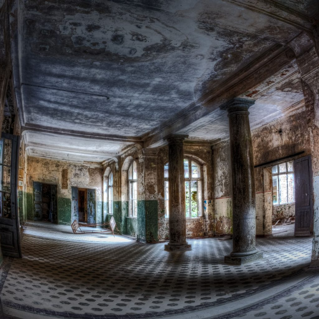 Light-flooded entry hall of Beelitz central baths